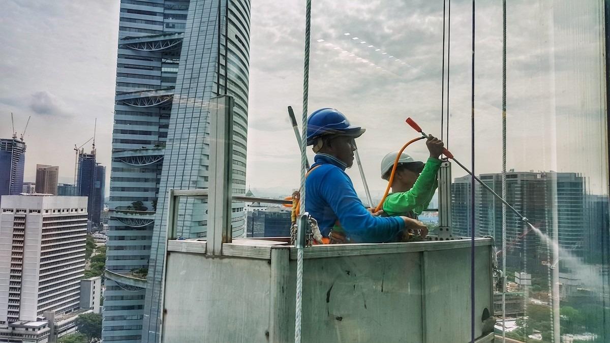 Công nhân nhập cư dọn dẹp một tòa nhà văn phòng ở Kuala Lumpur, Malaysia, ngày 18/1/2017. Ảnh: Razman Rusli.