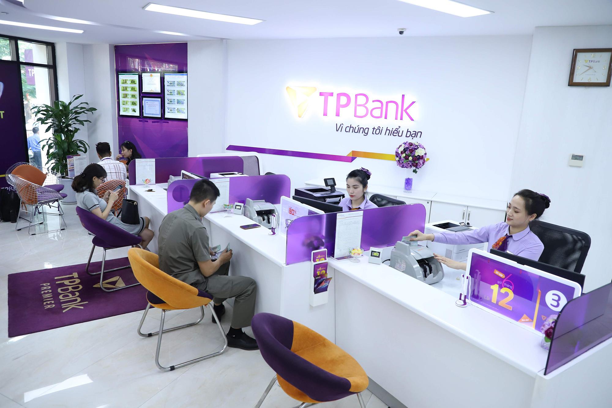Khách hàng tới giao dịch tại TPBank khi chưa bùng phát dịch Covid-19. Sự kiên định với chiến lược số hóa và những thành tựu đạt được giúp TPBank trở thành một trong những ngân hàng dẫn đầu về chuyển đổi số tại Việt Nam. Ảnh: TPBank
