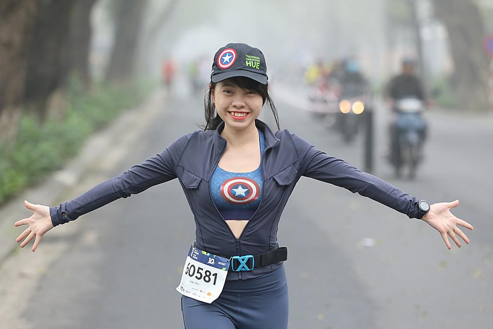 Một nữ runner trên đường chạy VM Huế 2020. Ảnh: VM