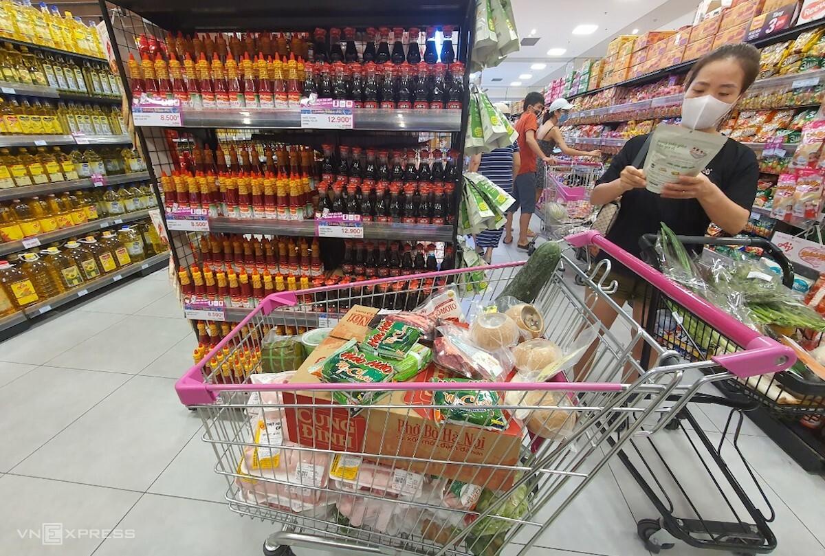 Người dân Hà Nội mua sắm tại siêu thị Aeon Hà Đông trong ngày đầu tiên áp dụng Chỉ thị 16. Ảnh: Phương Ánh