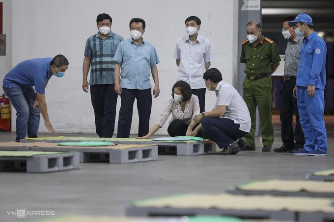 Chủ tịch UBND tỉnh Bắc Ninh kiểm tra khu ăn ở của công nhân. Ảnh: Ngọc Thành.