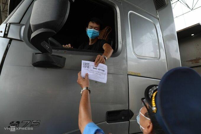 Kiểm tra giấy nhận diện luồng xanh của lái xe. Ảnh:Ngọc Thành