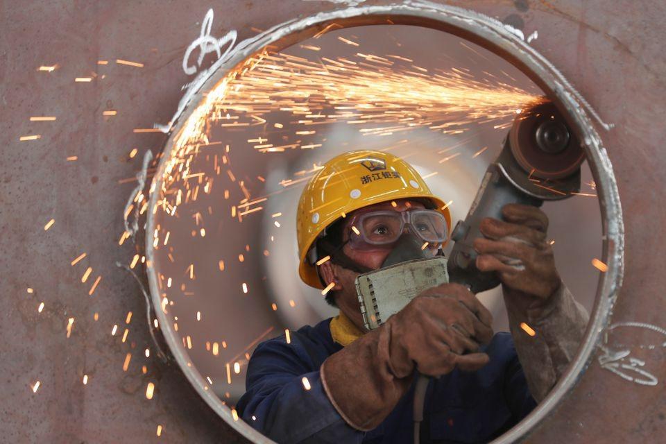 Một công nhân làm việc trong nhà máy cơ khí ở Hồ Châu, Chiết Giang, Trung Quốc ngày 17/5/2020. Ảnh: Reuters.