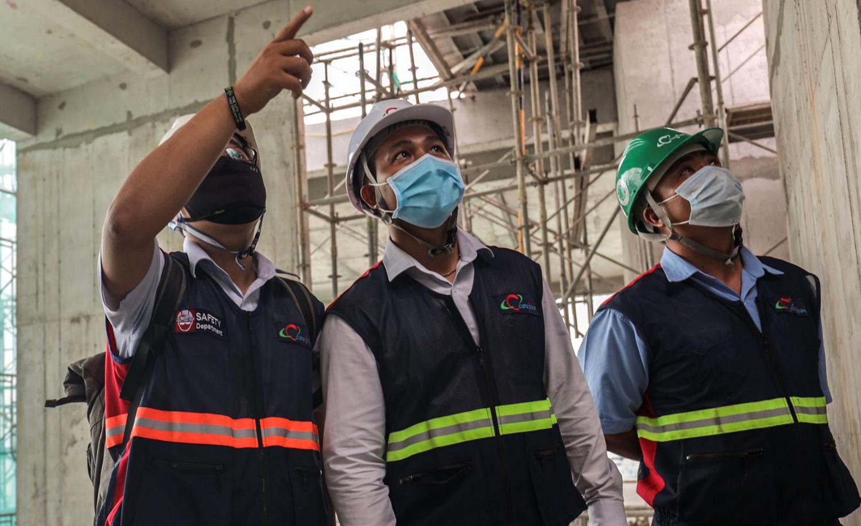 Giám sát và công nhân xây dựng tại một dự án ở TP HCM. Ảnh: CTD.