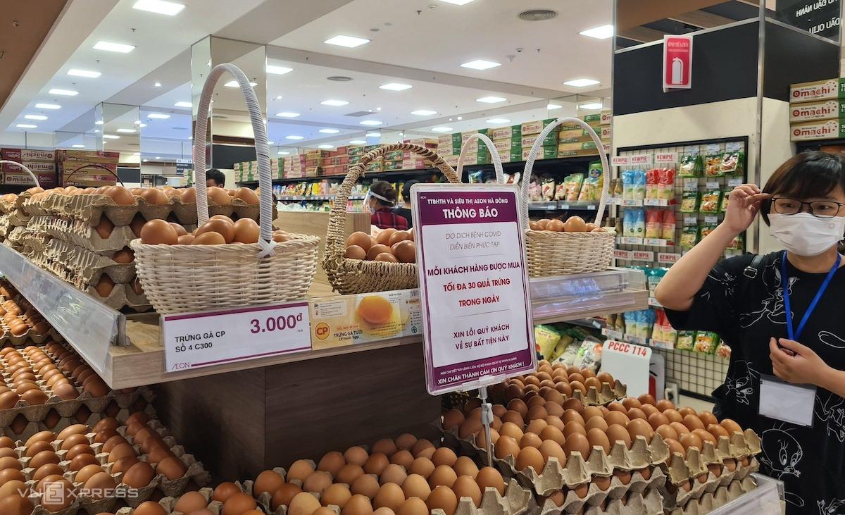 Siêu thị Aeon Mall Hà Đông giới hạn số lượng trứng mỗi khách mua trong một ngày. Ảnh: Minh Anh