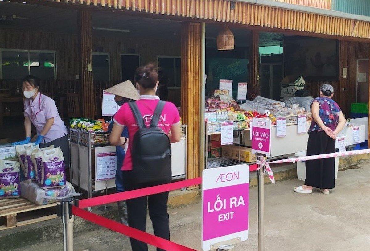 Người dân mua sắm tại điểm bán lưu động ở quận Long Biên của Aeon Việt Nam, ngày 3/8. Ảnh: Thuỳ Linh