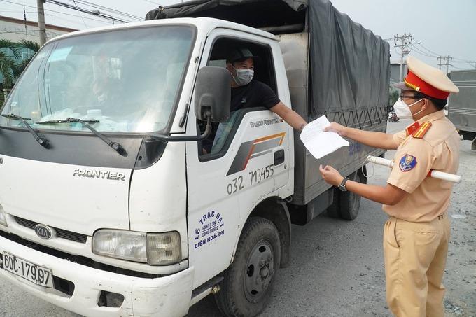Cảnh sát kiểm soát tại chốt Biên Hoà. Ảnh: Phước Tuấn.