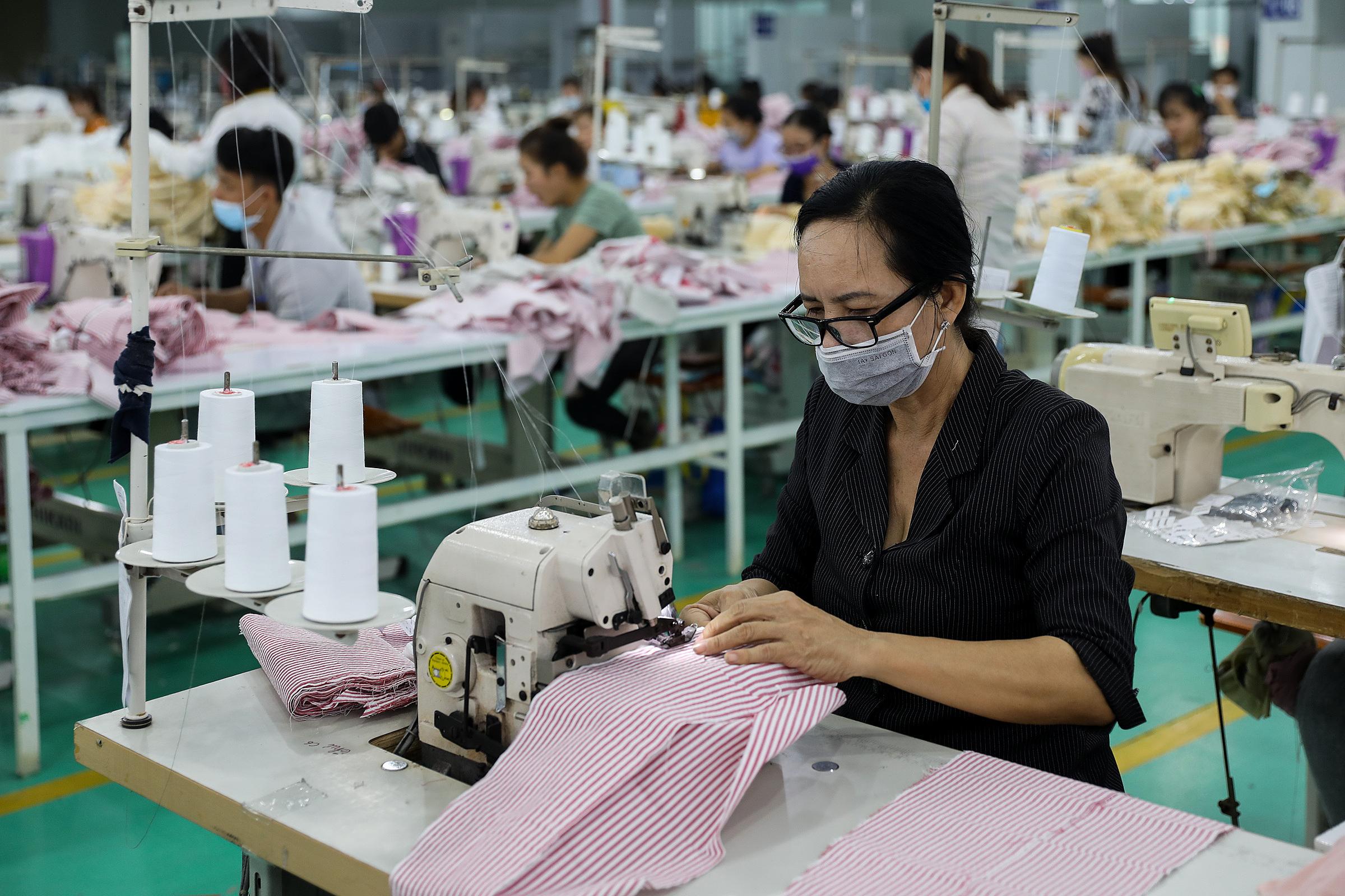 Công nhân làm việc trong một công ty may mặc ở KCN Tân Đô, Long An. Ảnh: Quỳnh Trần.