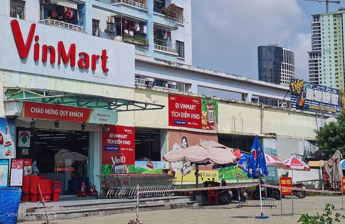 Siêu thị VinMart Văn Quán (Hà Đông) tạm đóng do liên quan ca nhiễm Covid-19 của Công ty Thanh Nga. Ảnh: Minh Anh