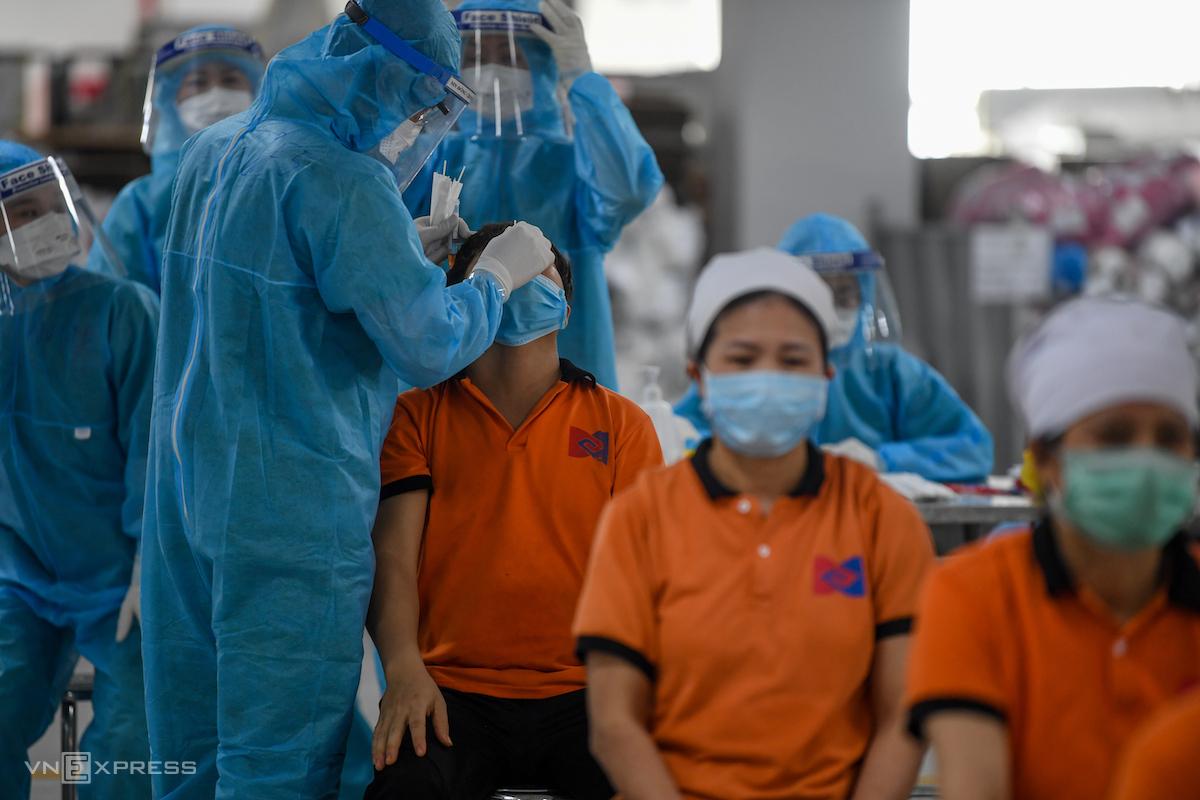 Nhân viên y tế lấy mẫu xét nghiệm công nhân Khu công nghiệp Quang Châu, huyện Việt Yên, Bắc Giang, tháng 5/2021. Ảnh:Giang Huy