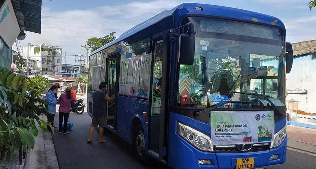Xe buýt chở rau đi tới các điểm người dân có nhu cầu. Ảnh: Bảo Yến.