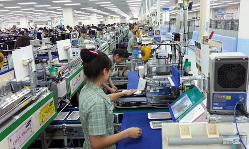 Công nhân đang làm việc tại nhà máy của Samsung Việt Nam.