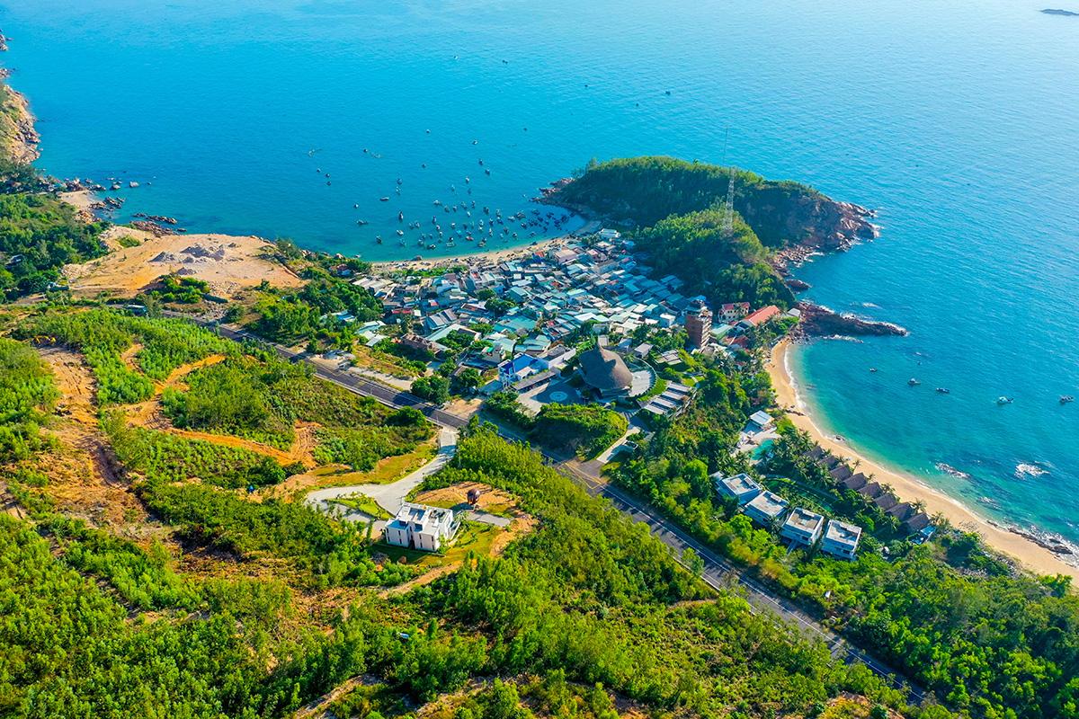 Quy Nhơn hút khách du lịch vì bãi biển đẹp, khung cảnh hoang sơ.