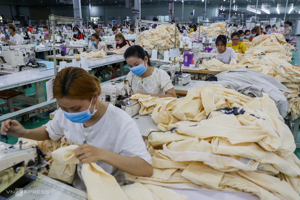 Sản xuất tại một doanh nghiệp may ở Long An, trước khi giãn cách xã hội. Ảnh: Quỳnh Trần