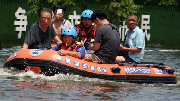 Lực lượng cứu hộ sơ tán người dân tỉnh Hà Nam bị mắc kẹt do lũ lụt vừa qua. Ảnh: Tân Hoa Xã