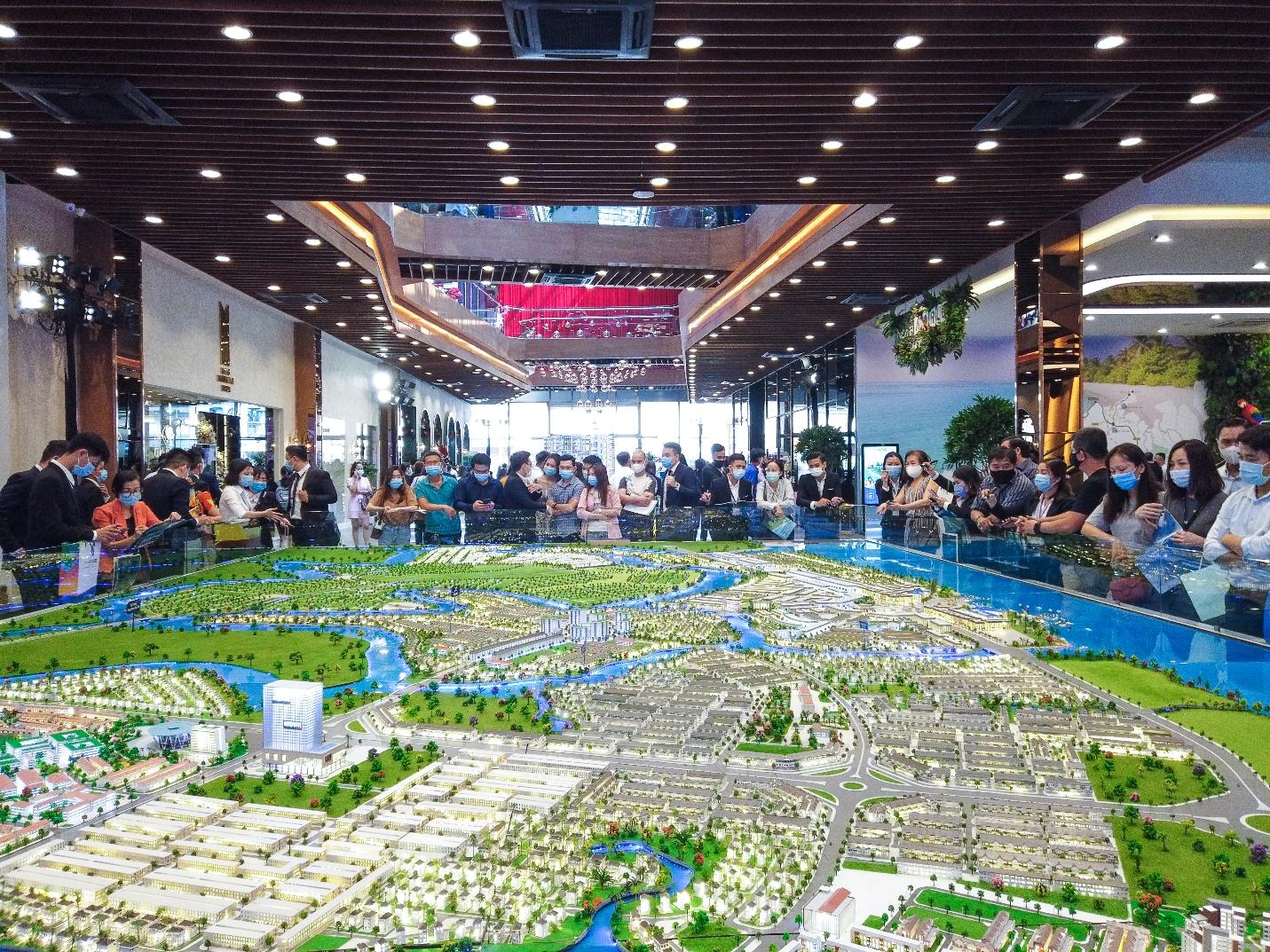 Khách hàng tìm hiểu cơ hội đầu tư tại khu đô thị sinh thái thông minh Aqua City (ảnh chụp trước thời điểm giãn cách xã hội). Ảnh: Novaland