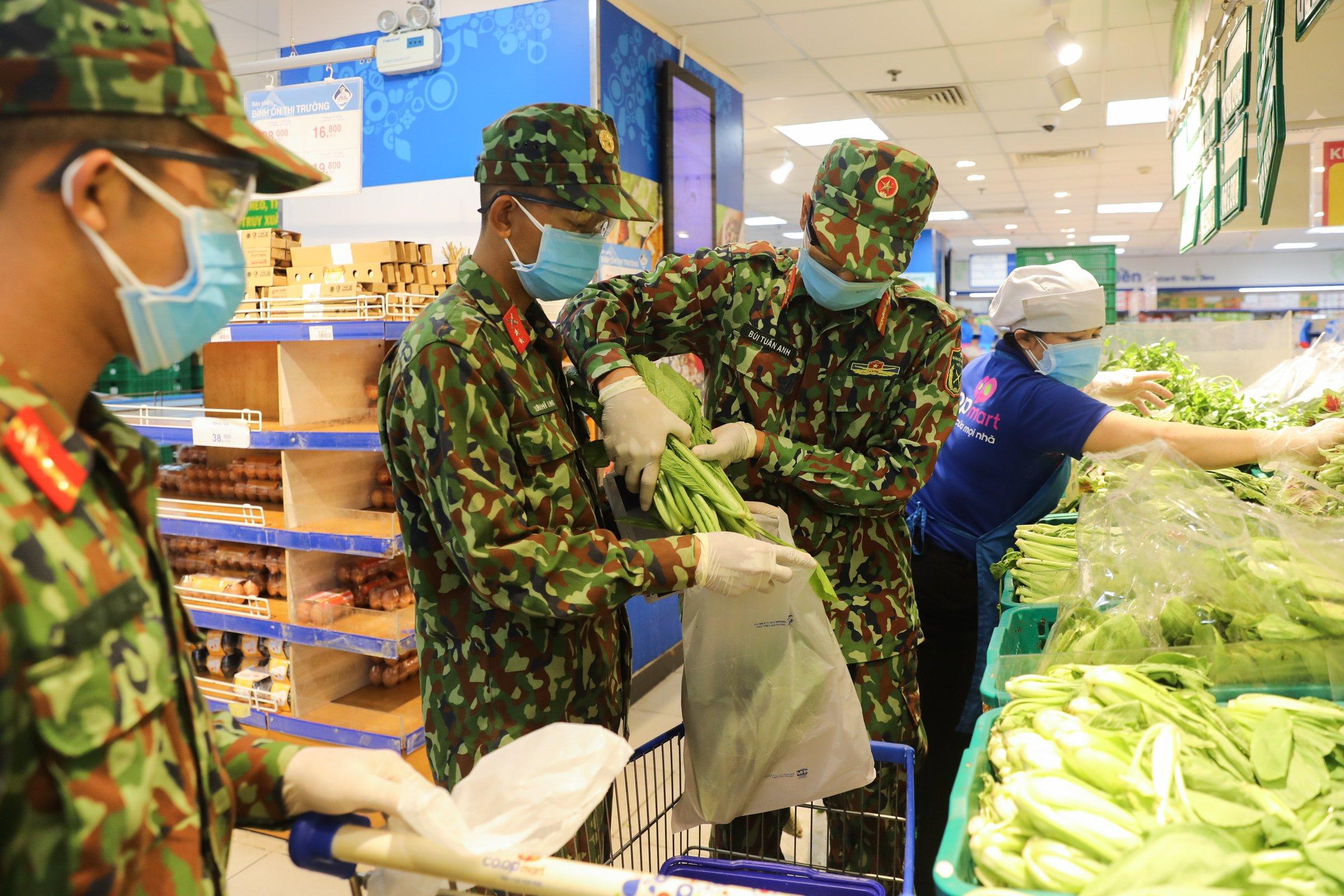 Bộ đội đi chợ giúp dân phường 11 (quận Bình Thạnh). Ảnh: Quỳnh Trần.