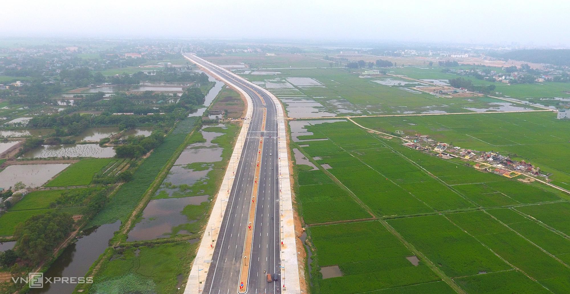 Hạ tầng giao thông tại Thanh Hóa đang ngày càng hoàn thiện, trong ảnh là tuyến đường ven biển gần 1.500 tỷ đồng, điểm đầu giao quốc lộ 47 tại phường Quảng Châu, TP Sầm Sơn, điểm cuối giao với tuyến nhánh thuộc địa phận xã Tiên Trang, huyện Quảng Xương. Ảnh: Lê Hoàng.