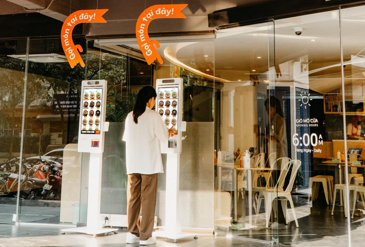 Khách hàng chọn món và thanh toán bằng công nghệ tại Kiosk của nhà hàng.