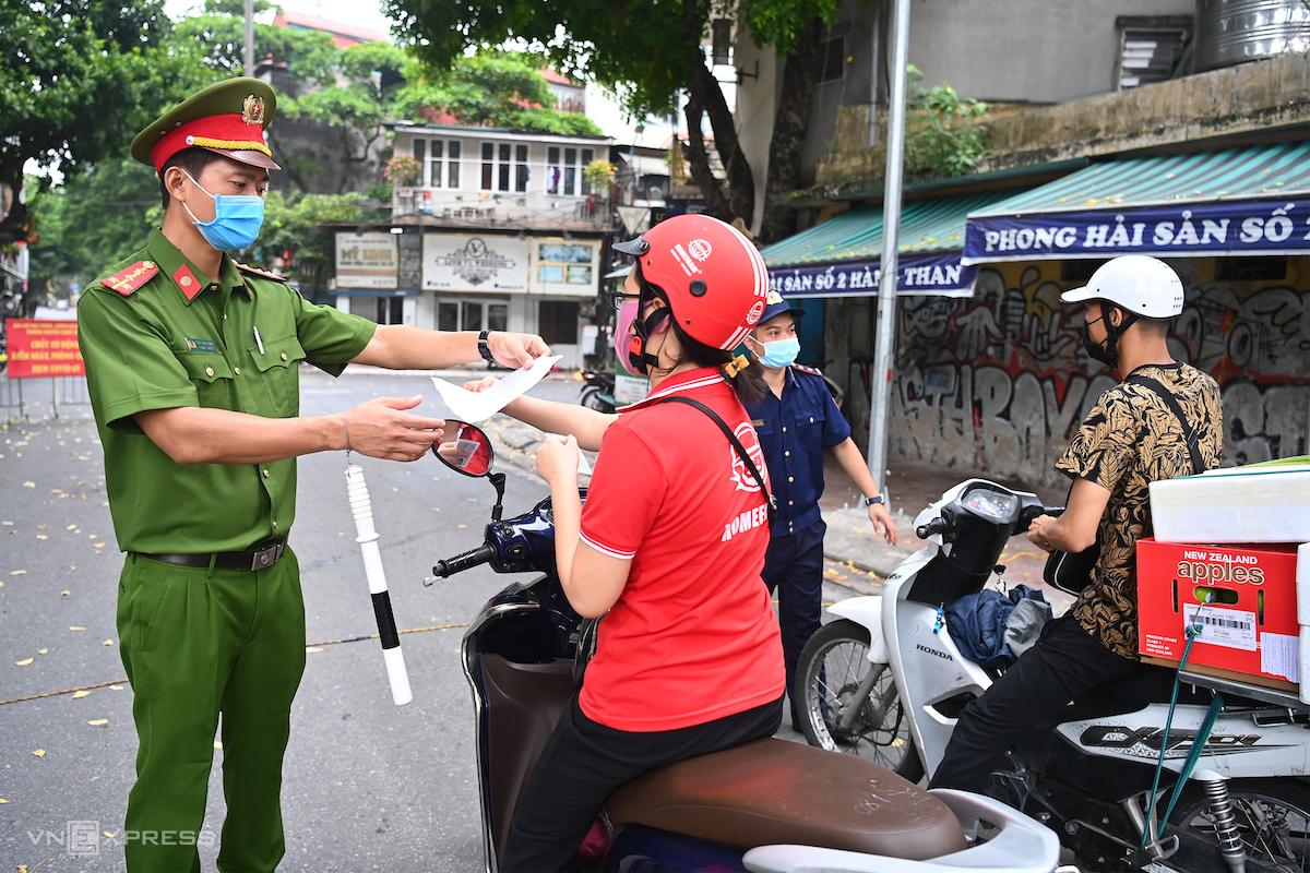 Kiểm tra giấy đi đường của người dân, ngày 9/8. Ảnh: Giang Huy