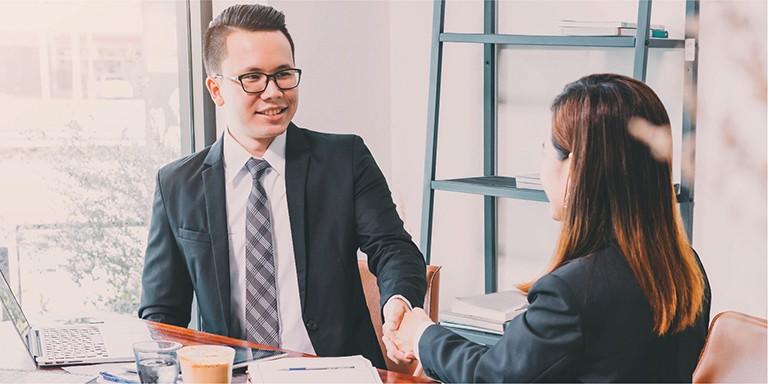 Các chuyên viên tư vấn bảo hiểm có thời gian làm việc linh hoạt, được huấn luyện và đào tạo chuyên nghiệp.