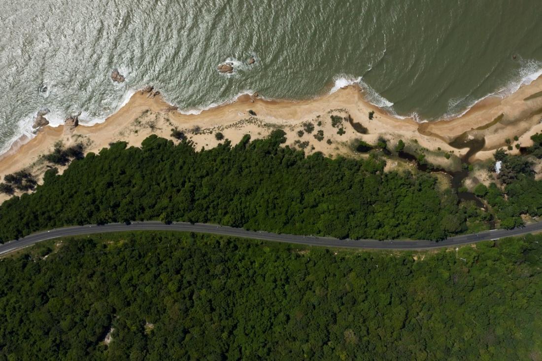 Hồ Tràm có vẻ đẹp thiên nhiên nguyên sơ, hệ sinh thái rừng biển nối liền. Ảnh: Hữu Khoa