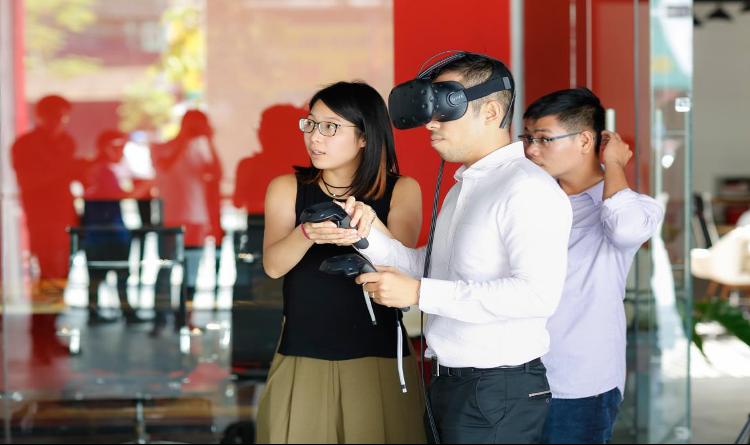 Khách hàng trải nghiệm công nghệ xem nhà VR/3D. Ảnh: Rever