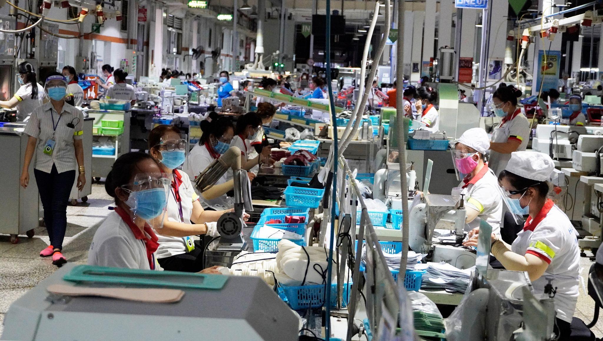 Công nhân tại Công ty TNHH giày Chin Luh (KCN Thuận Đạo, Bến Lức). Ảnh: Hoàng Nam