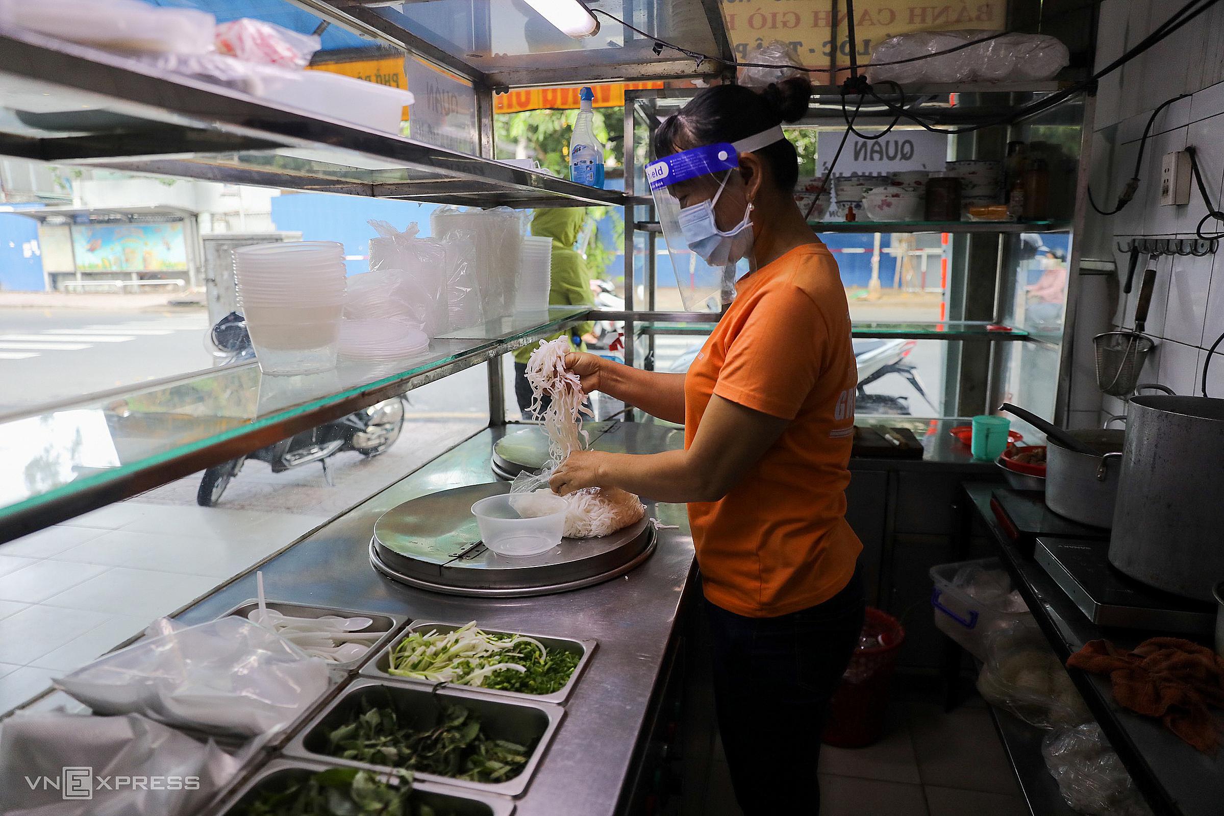 Tiệm hủ tiếu trên đường Nơ Trang Long (quận Bình Thạnh) bán trở lại sáng 9/9. Ảnh: Quỳnh Trần