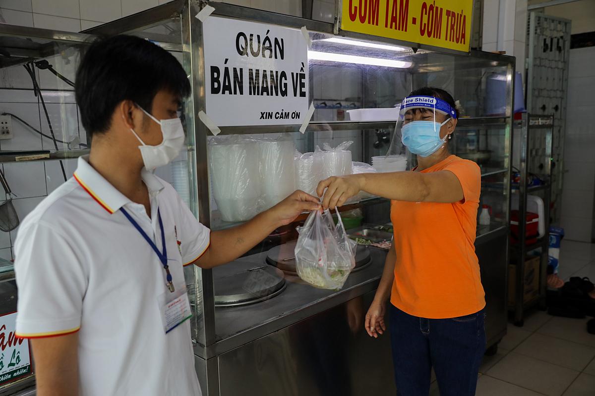 Hàng quán ở Sài Gòn ngày đầu dè dặt mở bán mang về. Ảnh: Quỳnh Trần