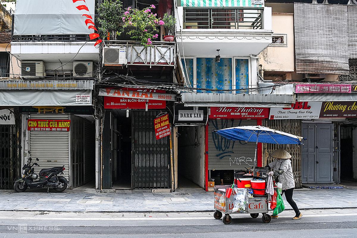 Các cửa hàng trên phố Hàng Đào (Hà Nội) đóng cửa vì thực hiện giãn cách hồi tháng 7. Ảnh: Giang Huy