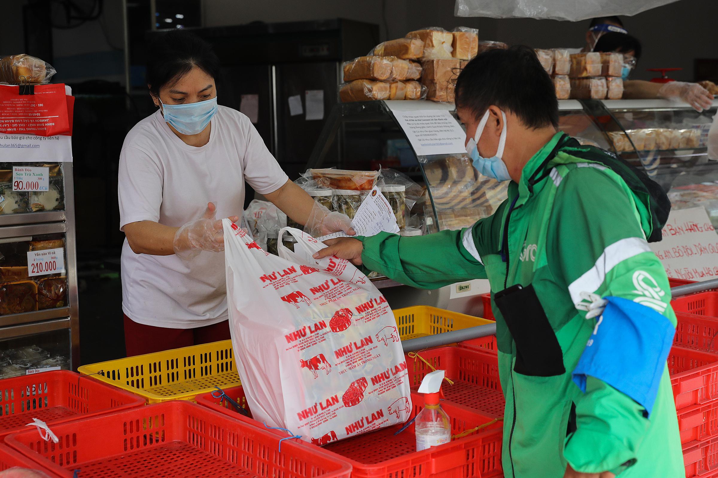 Shipper đang nhận sản phẩm để giao đến khách tại một cửa hàng ở TP HCM, ngày 9/9. Ảnh: Quỳnh Trần