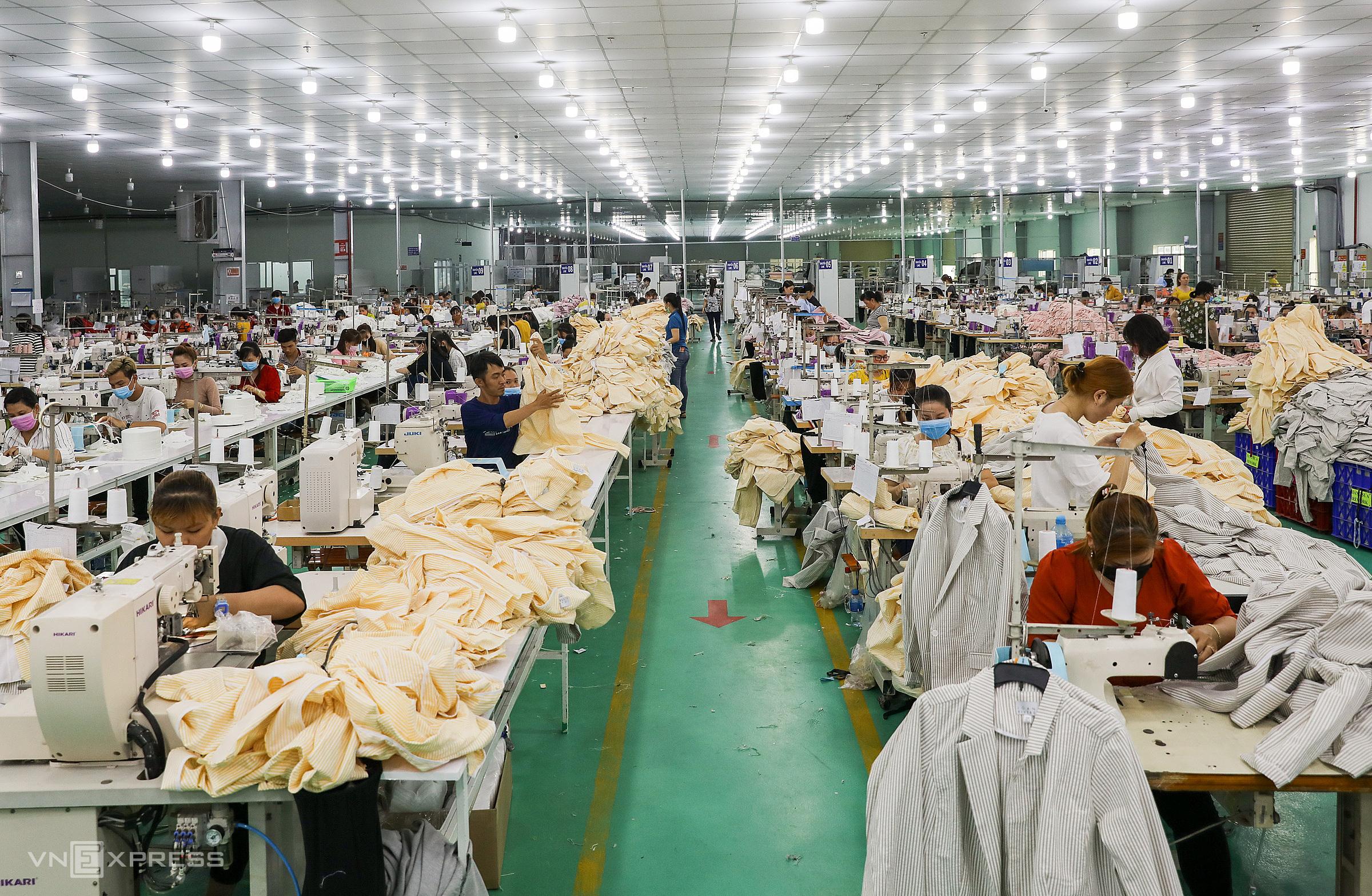 Công nhân làm việc trong một công ty may mặc ở KCN Tân Đô, Long An ngày 29/2.Ảnh: Quỳnh Trần
