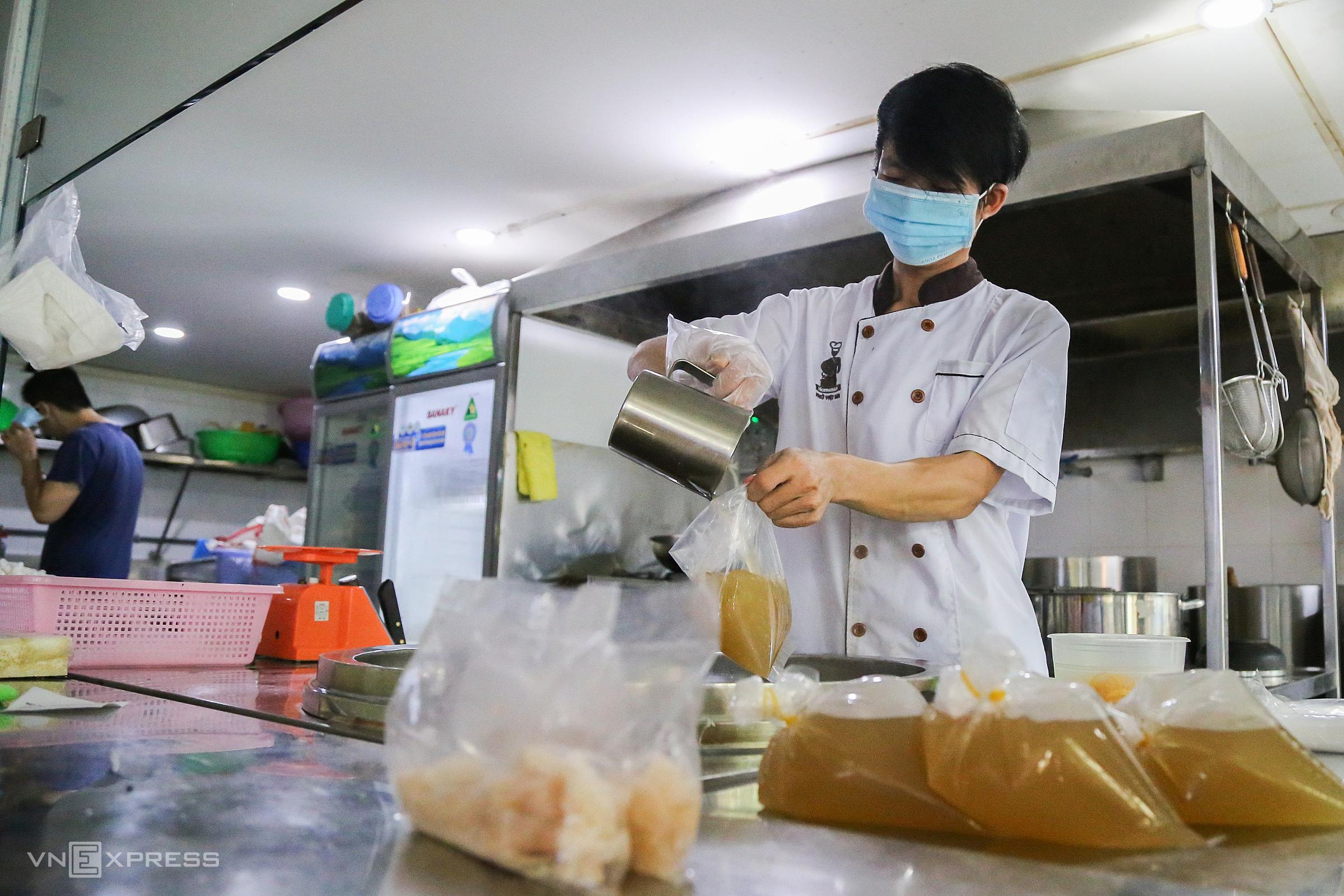 Nhân viên một quán ăn chuẩn bị đơn hàng cho khách ngày 9/9 ở TP HCM. Ảnh: Quỳnh Trần
