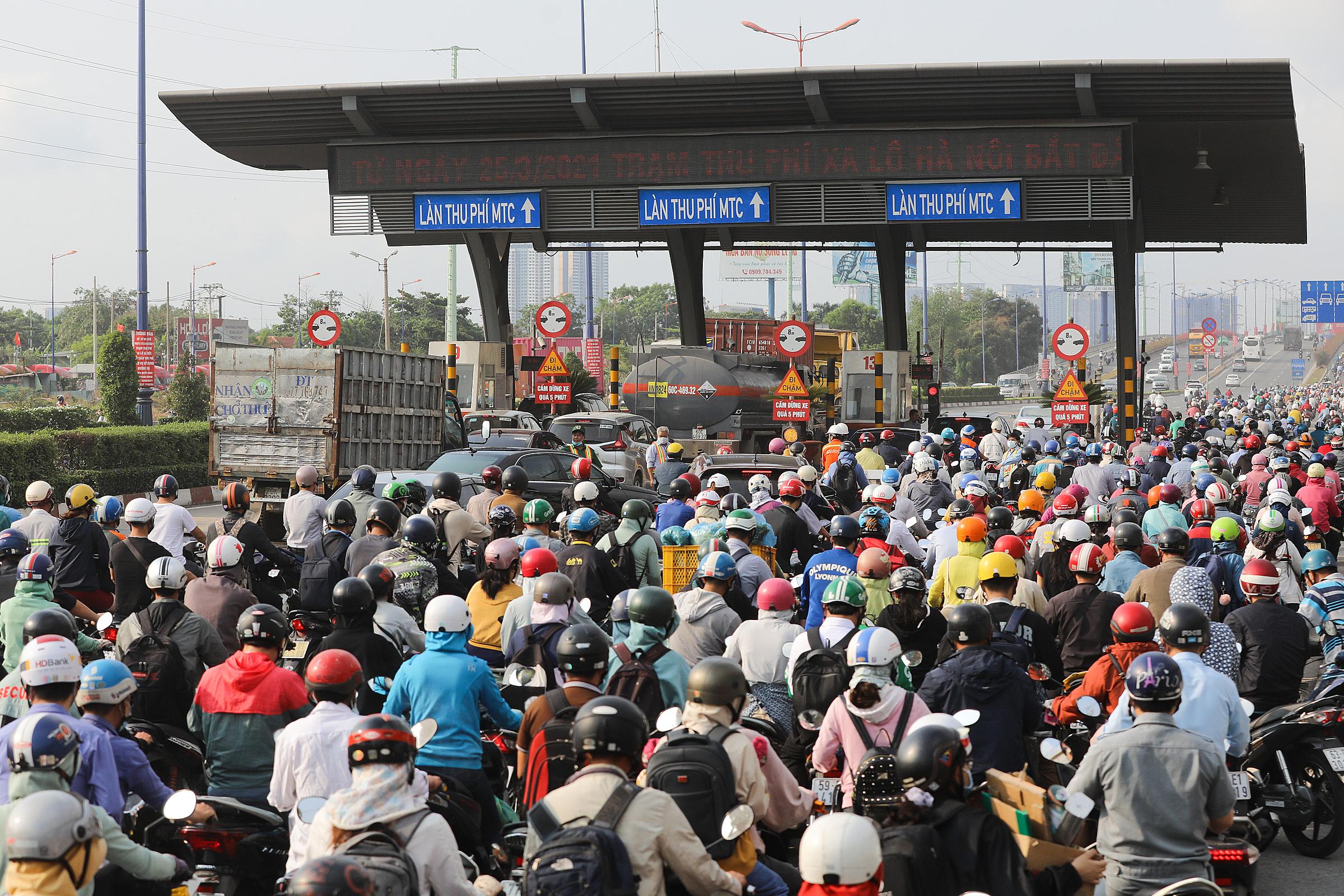 Kẹt xe ở khu vực Xa lộ Hà Nội khi BOT thu phí trở lại ngày 1/4/2021. Ảnh: Quỳnh Trần