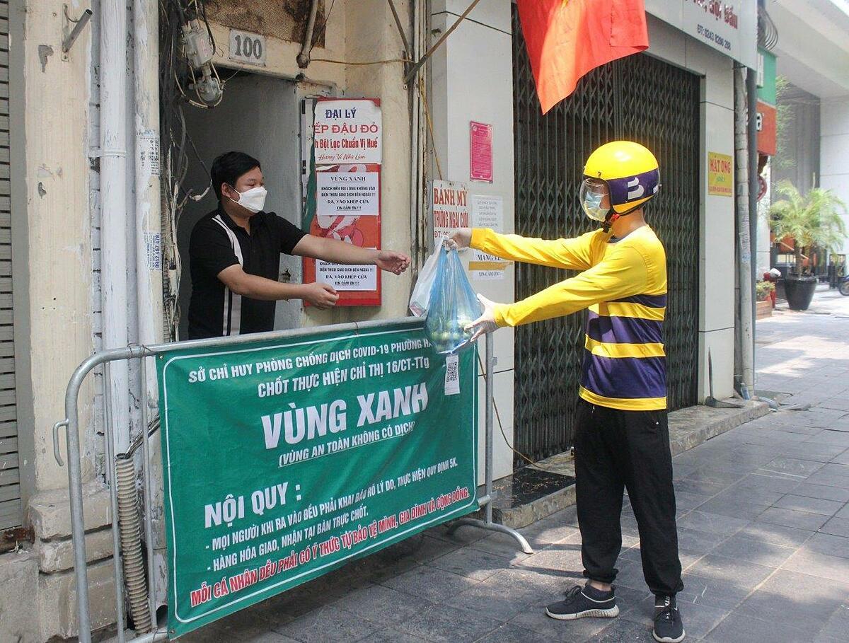 Tài xế Be giao hàng hoá đi chợ hộ cho người dân tại quận Hoàn Kiếm. Ảnh: Be