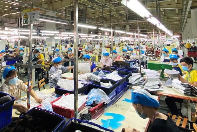Công nhân Công ty giày Kim Xương trong giờ sản xuất. Ảnh: An Phương