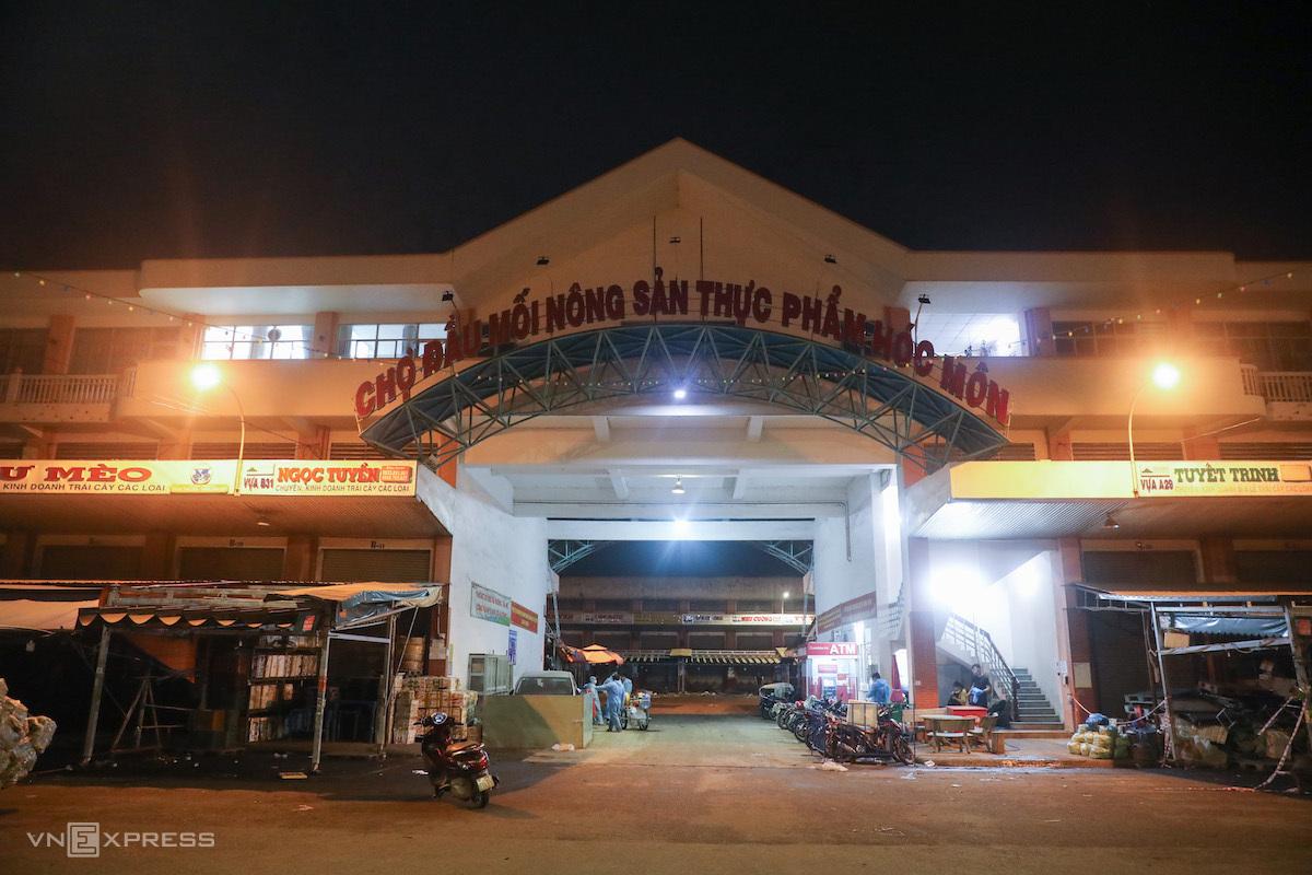 Chợ đầu mối Hóc Môn tối 27/6/2021, trước giờ đóng cửa, ngưng hoạt động để phòng Covid-10. Ảnh: Quỳnh Trần.