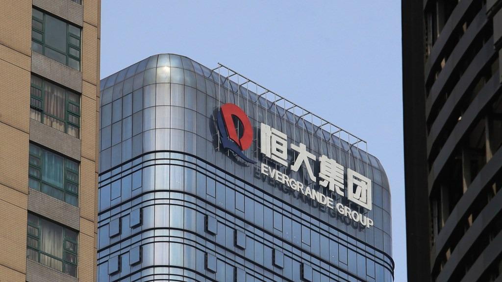 Logo của Evergrande trên một tòa nhà ở Trung Quốc. Ảnh: Nikkei