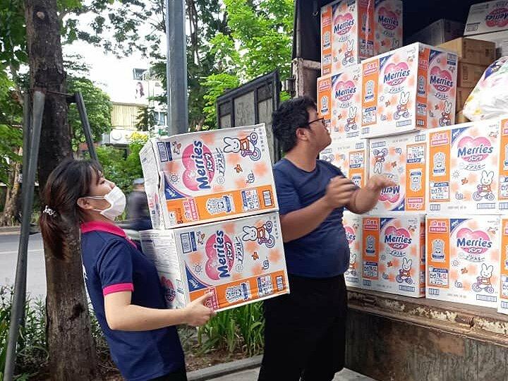 Xe tải chở hàng của Sakuko đi rót hàng ở một siêu thị. Ảnh: Công ty cung cấp
