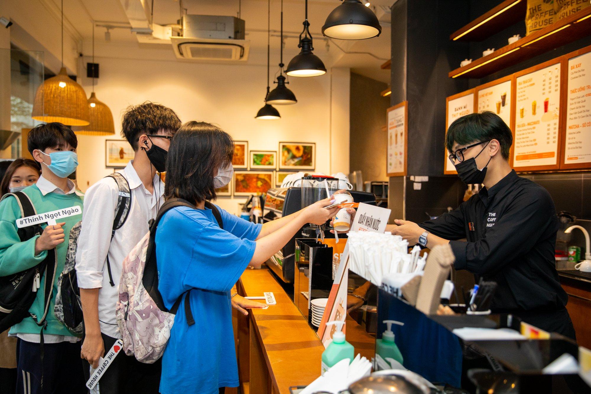 Khách hàng chờ thanh toán tại một cửa hàng The Coffee House, tháng 4/2021. Ảnh: Fanpage The Coffee House