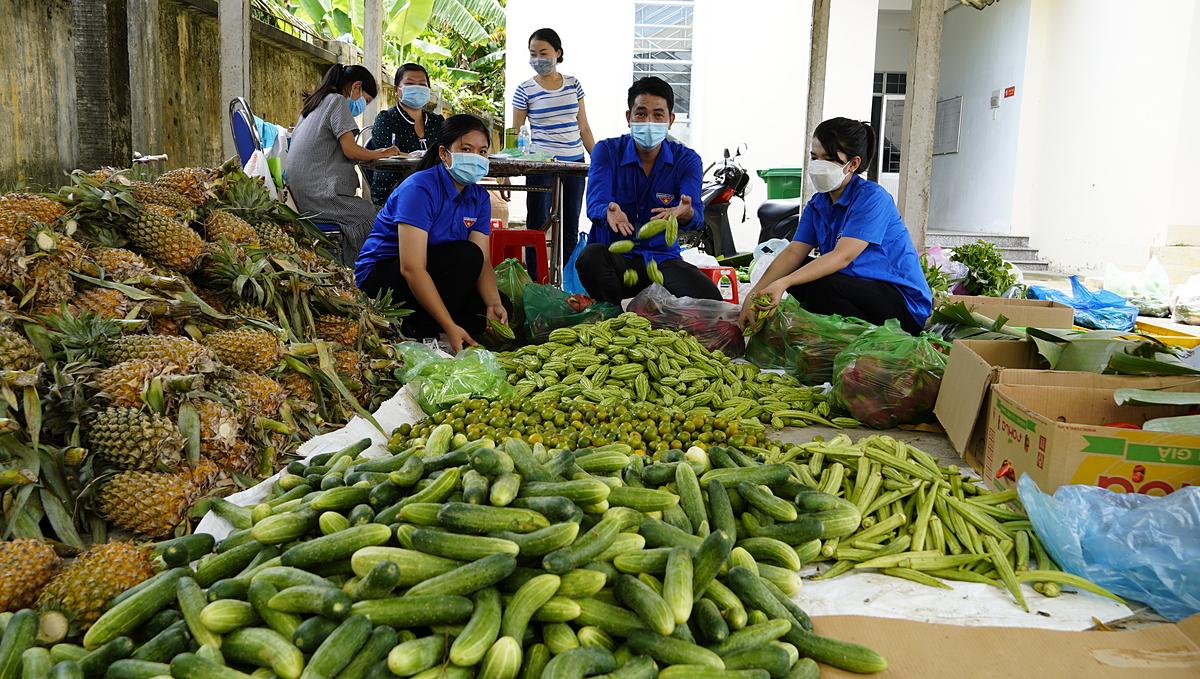 Mạnh thường quân mua nông sản tại Long An để giải cứu giúp nông dân. Ảnh: Hoàng Nam