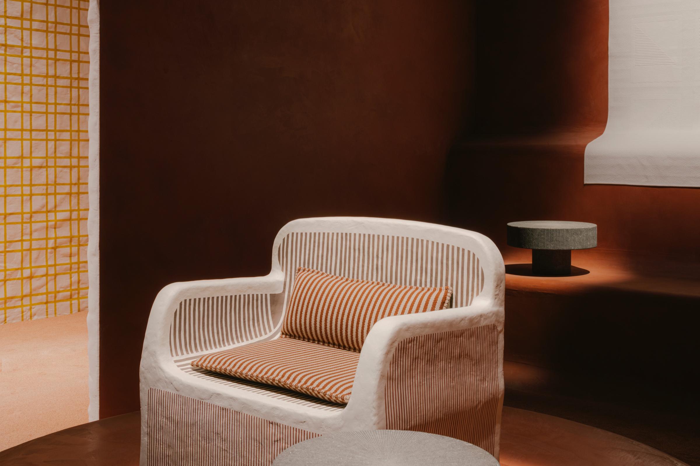 Ghế Sillaged' Hermès đi kèm đệm ngồi và đệm lưng dệt từ vải cashmere - chất liệu cao cấp nhất trong thời trang và ứng dụng nội thất. Chi tiết gỗ được hoàn thiện với vecni đánh tay tỉ mỉ.