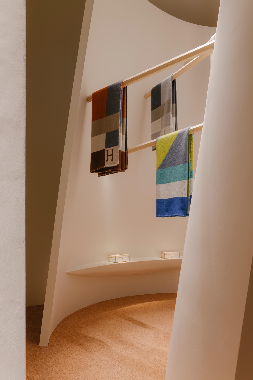 Những tấm thảm đan tay H Dye thể hiện quan điểm thẩm mỹ của Hermès về màu sắc và hoa văn. Chúng tôn vinh những biến thể phi thường mà một nghệ nhân có thể nghĩ tới khi kết hợp hình học và màu sắc, tạo thành chữ H biểu tượng của nhà Hermès, đại diện thương hiệu nhấn mạnh.