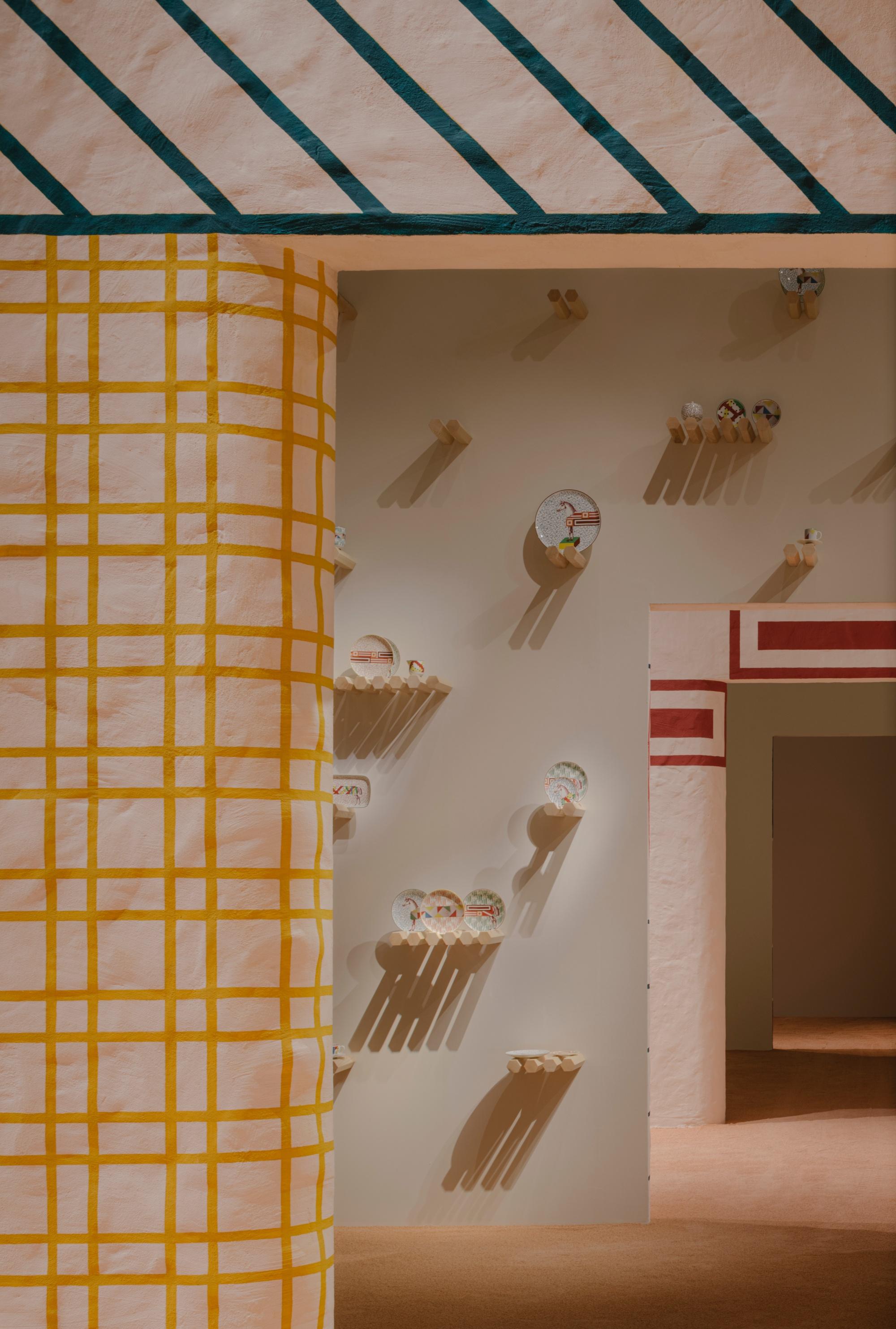 Bộ chén uống trà Hippomobile do nghệ sĩ Gianpaolo Pagni sáng tạo, dựa trên cảm hứng thảm lụa trải trên lưng ngựa đua, nhấn vào đường nét minh họa trong các phim hoạt hình. Một chú ngựa với phần lưng dài cho nhiều người cưỡi như trong phim hoạt hình của Tex Avery - Gianpaolo Pagni giải thích.