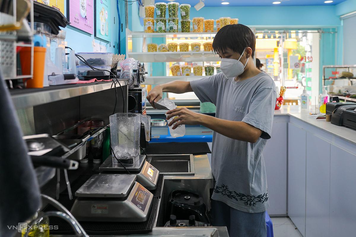 Hàng quán hoạt động tại quận 7, ngày 16/9/2021. Ảnh: Quỳnh Trần/VnExpress
