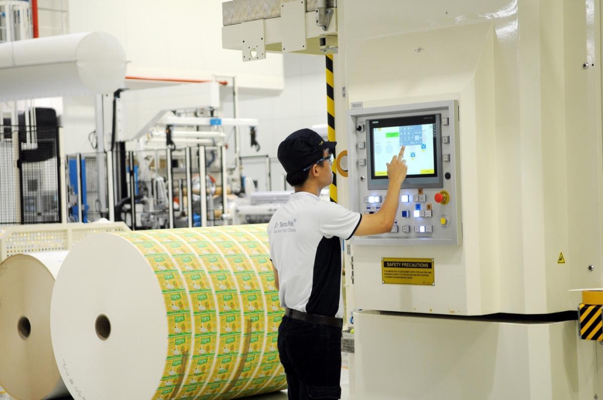 Nhân viên nhà máy Tetra Pak Bình Dương vận hành thiết bị.