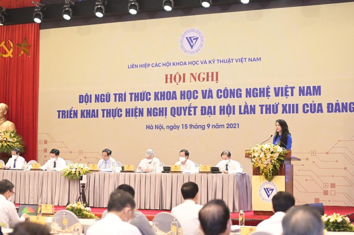 Thạc sỹ, Luật sư Nguyễn Hồng Hạnh, Phó chủ tịch kiêm Phó tổng giám đốc Tập đoàn GFS, Viện phó Viện Công nghệ GFS trình bày tham luận. Ảnh: GFS