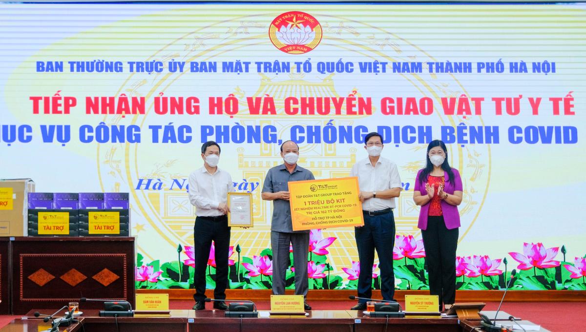 Đại diện Tập đoàn T&T Group (thứ hai từ trái qua) trao tặng 1 triệu bộ kit xét nghiệm PCR cho đại diện Sở Y tế thành phố Hà Nội và UB MTTQ Việt Nam TP Hà Nội. Ảnh: T&T Group
