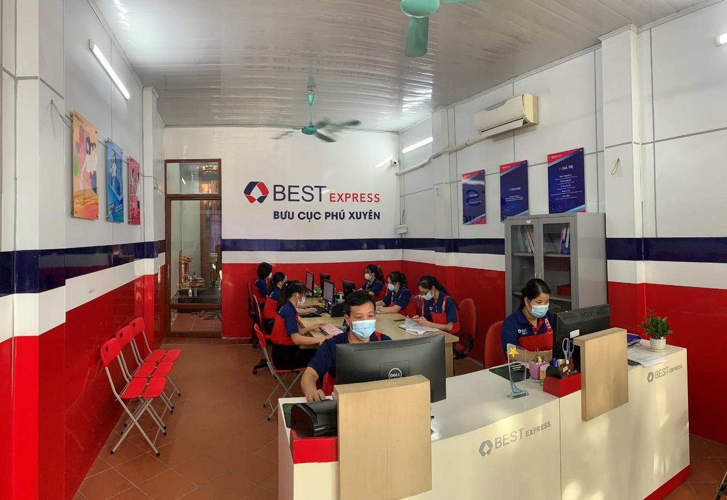 Anh Nguyễn Như Thưởng cùng nhân viên đang làm việc tại bưu cục